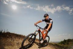 Красивый велосипед езд велосипедиста в горах Стоковая Фотография RF