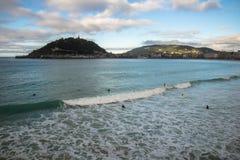 Красивый взгляд берега на острове Santa Clara в заливе concha Атлантического океана, San Sebastian, Баскония, Испании Стоковые Изображения RF