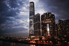 Красивый взгляд вечера многоэтажных зданий освещает против неба на острове Гонконга Стоковое фото RF