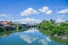 Красивый взгляд ландшафта дома портового района или старого городка расположенных около реки с голубым небом на заднем плане на с Стоковое Изображение