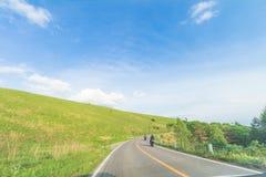 Красивый взгляд ландшафта острословия проселочной дороги и зеленой травы Стоковое Фото