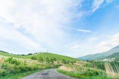 Красивый взгляд ландшафта проселочной дороги с bac голубого неба Стоковые Фото