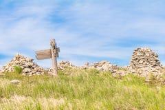 Красивый взгляд ландшафта сини iwith зеленой травы и камней Стоковая Фотография RF