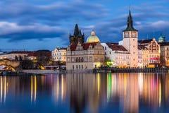 Красивый взгляд ночи Карлова моста, старой башни моста городка, и старой водонапорной башни, обваловки Smetana Стоковые Фотографии RF