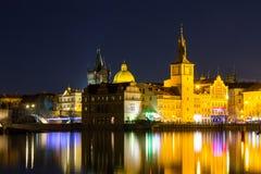 Красивый взгляд ночи Карлова моста, старой башни моста городка, и старой водонапорной башни, обваловки Smetana Стоковое Изображение