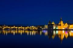 Красивый взгляд ночи Карлова моста, старой башни моста городка, и старой водонапорной башни, обваловки Smetana Стоковое Фото