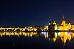 Красивый взгляд ночи Карлова моста, старой башни моста городка, и старой водонапорной башни, обваловки Smetana Стоковые Изображения