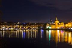 Красивый взгляд ночи Карлова моста, старой башни моста городка, и старой водонапорной башни, обваловки Smetana Стоковые Изображения RF