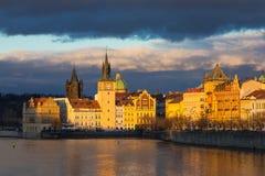 Красивый взгляд ночи Карлова моста, старой башни моста городка, и старой водонапорной башни, обваловки Smetana Стоковые Фото