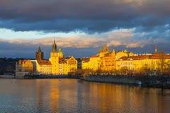 Красивый взгляд ночи Карлова моста, старой башни моста городка, и старой водонапорной башни, обваловки Smetana Стоковое фото RF