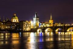 Красивый взгляд ночи Карлова моста, старой башни моста городка, и старой водонапорной башни, обваловки Smetana Стоковая Фотография