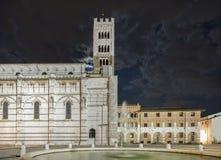 Красивый взгляд ночи собора Сан Martino с облачным небом от которого луна появляется, Луккой, Тосканой, Италией стоковое изображение