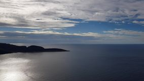 Красивый взгляд океана и скалы от северной накидки сток-видео