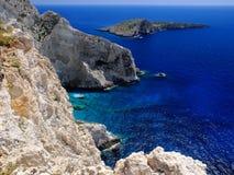 Красивый взгляд перспективы на камне clift Закинфа старом изумительном трясет открытое море пещер рифов Ionian моря голубых и Ag  Стоковая Фотография