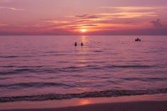 Красивый взгляд рая seascape с светом захода солнца и небом сумерк Стоковые Изображения