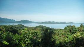 Красивый взгляд сверху над джунглями и морем на острове видеоматериал