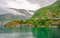 Красивый взгляд ландшафта и пейзажа Норвегии, зеленый пейзаж холмов и горы в пасмурном дне Стоковое Изображение RF