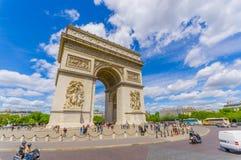 Красивый взгляд лета Champs-Elysees и дуги de стоковая фотография rf