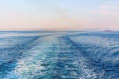 Красивый взгляд захода солнца следа корабля в море Стоковое Изображение RF