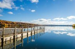 Красивый взгляд падения на речном береге Стоковые Фотографии RF