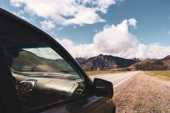 Красивый вид автомобиля на предпосылке долины горы Altai Ландшафт гор Altai Стоковое Фото