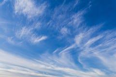 Красивый вид белых покрашенных облаков с голубым небом стоковое фото rf