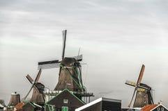 Красивый вид голландской ветрянки на schans zaanse стоковые фотографии rf