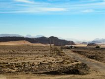 Красивый вид голубого неба и сиротливой дороги в пустыне на солнечный весенний день стоковое изображение rf