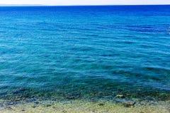Красивый вид голубой поверхности моря с пульсацией Влияние лапок ` s кота на морской воде на солнечный день Текстура естественной Стоковое Фото
