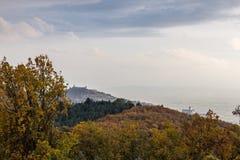 Красивый вид городка Умбрии Assisi в осени от необыкновенного места, за холмом с апельсином, желтый и зеленый стоковое фото