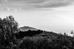 Красивый вид городка Умбрии Assisi в осени от необыкновенного места, за холмом с деревьями стоковое фото rf