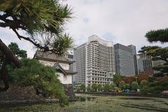 Красивый вид городского Токио с небоскребами и зеленым парком стоковые изображения