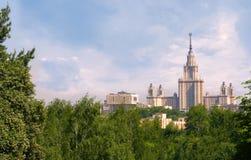 Красивый вид государственного университета Москвы в Москве от парка с выразительными облаками стоковая фотография rf