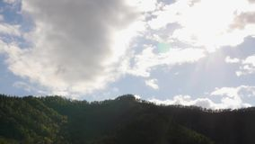 Красивый вид долины горы с быстрыми свертывая облаками перемещаясь над горами Timelapse видеоматериал