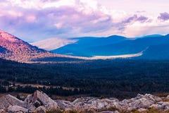 Красивый вид долины горы стоковые изображения rf