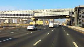 Красивый вид дороги шейха Zayed в городе Дубай - приводе современными небоскребами и башнями сток-видео