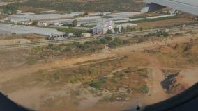 Красивый вид земли от иллюминатора Самолет приземляется на том основании Стоковая Фотография RF
