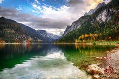 Красивый вид идилличного красочного пейзажа осени в Ла Gosausee стоковые фотографии rf