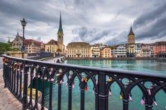 Красивый вид исторического центра города Цюриха с рекой Limmat известного скрещивания церков и Munsterbucke Fraumunster Стоковые Фото