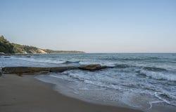 Красивый вид и волны на пляже в столица Варне, море Болгарии Какие погода ` s лучшие чем солнечные, море и визирование, wav Стоковое Изображение RF
