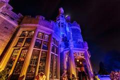 Красивый вид Касы loma старый, винтажный замок на времени ночи приглашая, освещенном различными светами при люди идя внутри Стоковые Фото