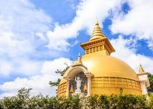 Красивый вид китайско-въетнамского бегства Chua Truc буддийского виска Дзэн в солнечном летнем дне с голубым небом и ровным облак Стоковое Изображение RF
