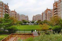 Красивый вид красных зданий и зеленый парк на Брайтоне приставают к берегу брудера New York стоковое фото