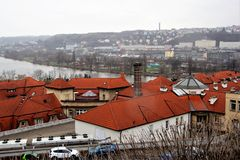 Красивый вид крыш, реки Влтавы и города с другой стороны в Праге, чехии стоковое изображение rf