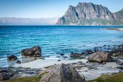 Красивый вид к пляжу Eggum в Норвегии, островах Lofoten Стоковые Изображения RF