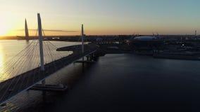 Красивый вид моста и города на заходе солнца на вечере лета видеоматериал