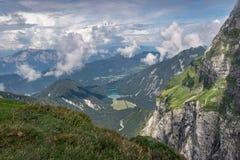 Красивый вид над долиной с озером около границы Словении и Италии стоковая фотография rf
