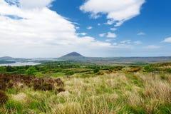 Красивый вид национального парка Connemara, известный для трясин и вересков, наблюданный сверх своей конусовидной горой, холм диа стоковое изображение rf