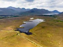 Красивый вид национального парка Connemara, известный для трясин и вересков, наблюданный сверх своей конусовидной горой, холм диа стоковые фотографии rf