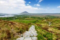 Красивый вид национального парка Connemara, известный для трясин и вересков, наблюданный сверх своей конусовидной горой, холм диа стоковые изображения